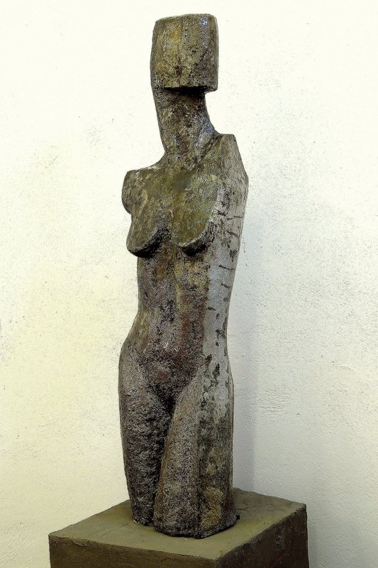 weiblicher Torso I - grob schamottierter Ton Rakubrand   107 x 29 x 23 cm