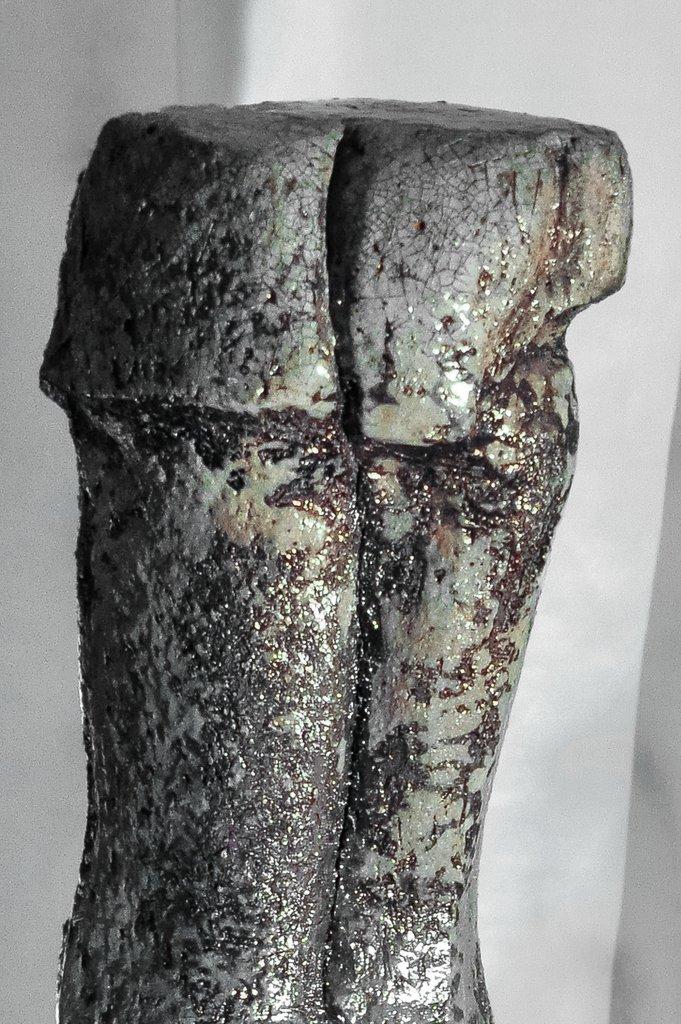 weiblicher Torso II - grob schamottierter Ton Rakubrand   110 cm