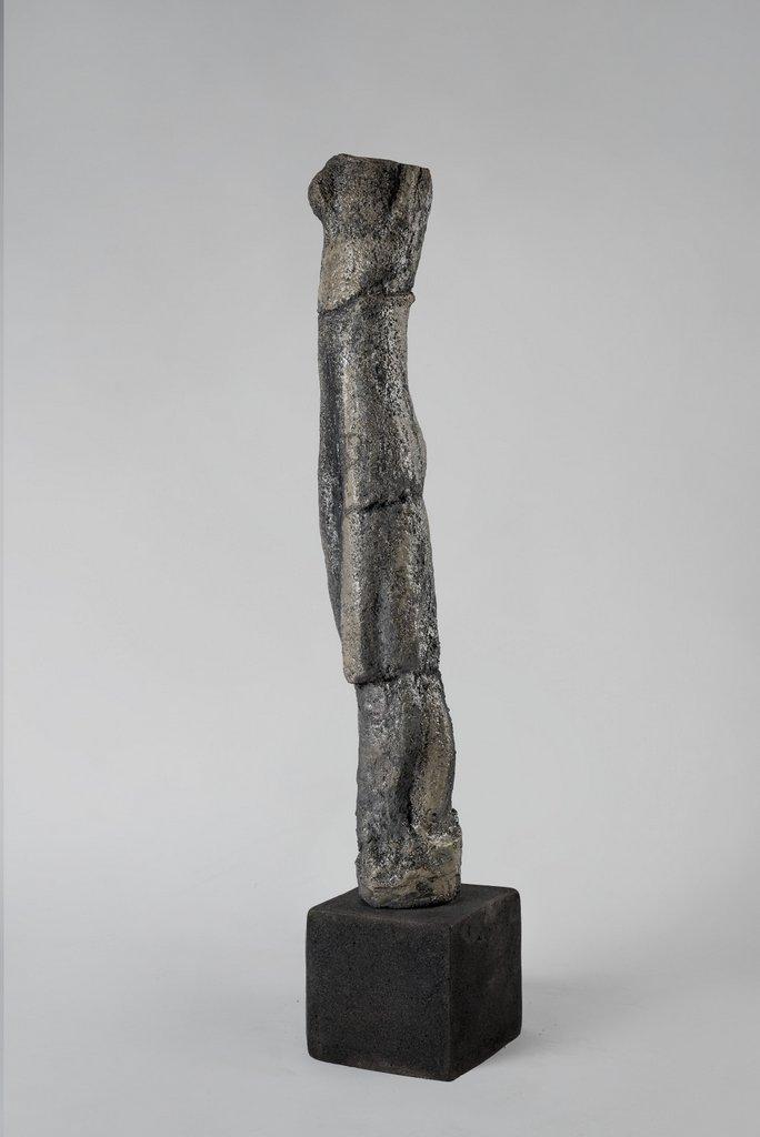 weiblicher Torso VI - grob schamottierter Ton Rakubrand   120 cm