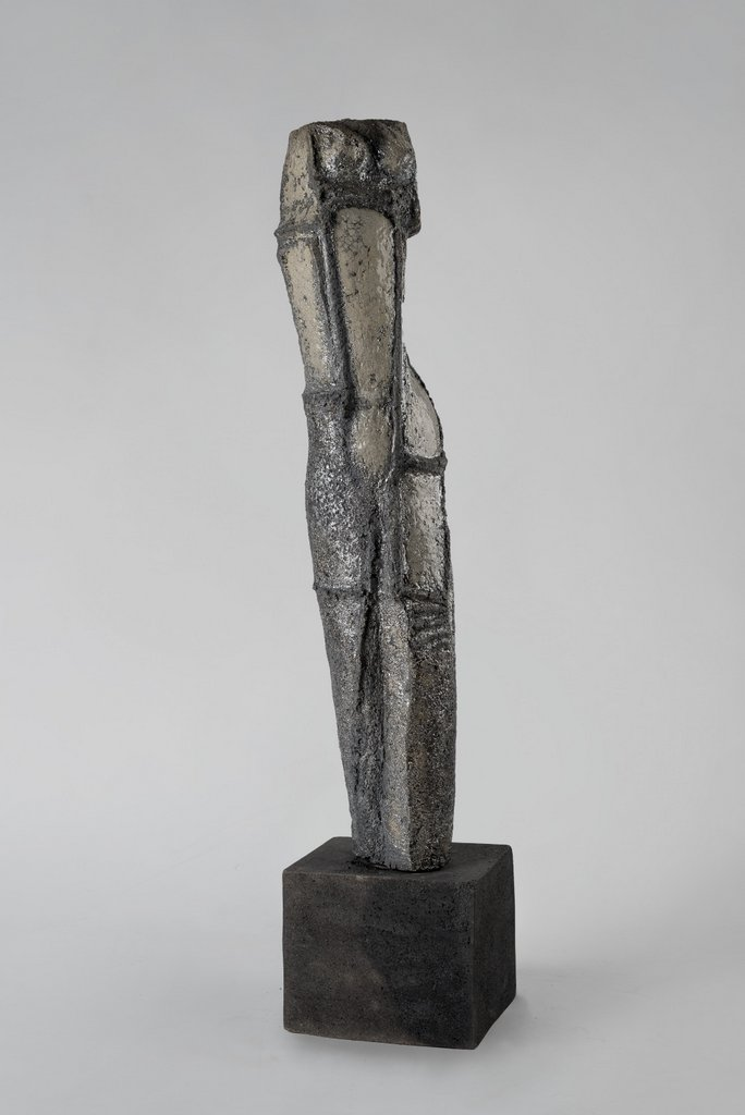 weiblicher Torso VII - grob schamottierter Ton Rakubrand   120 cm