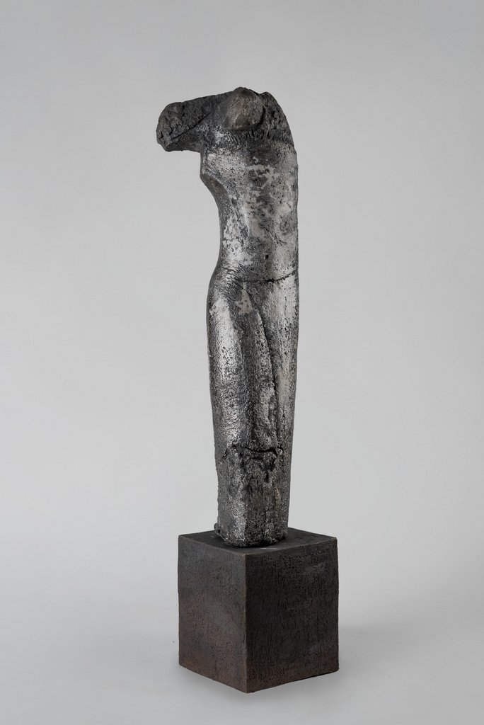 weiblicher Torso V - grob schamottierter Ton Rakubrand   123 cm